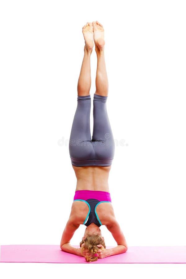 Retrato da mulher bonita nova que faz a ioga - isolada imagem de stock