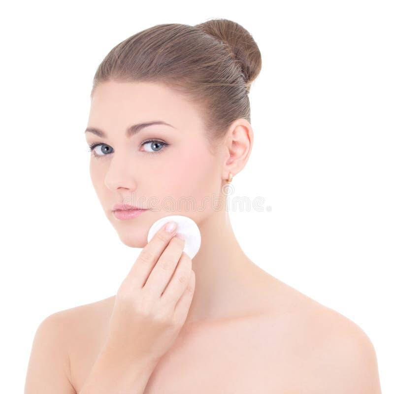 Retrato da mulher bonita nova que limpa sua pele da cara pelo cott fotos de stock royalty free