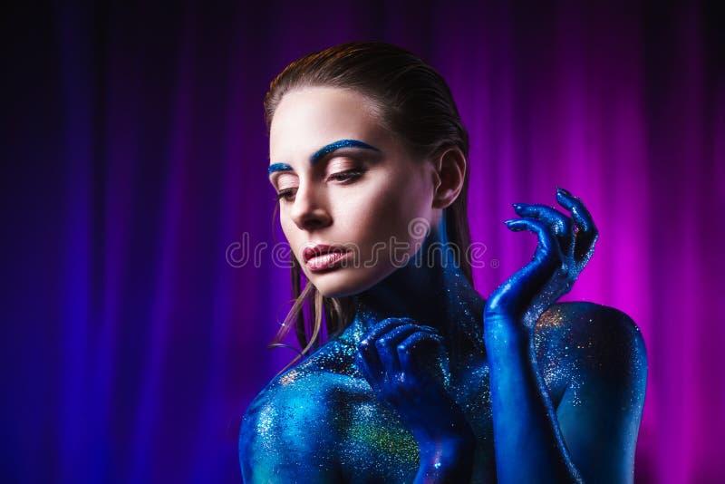 Retrato da mulher bonita pintado com cores cósmicas e spangled fotografia de stock royalty free