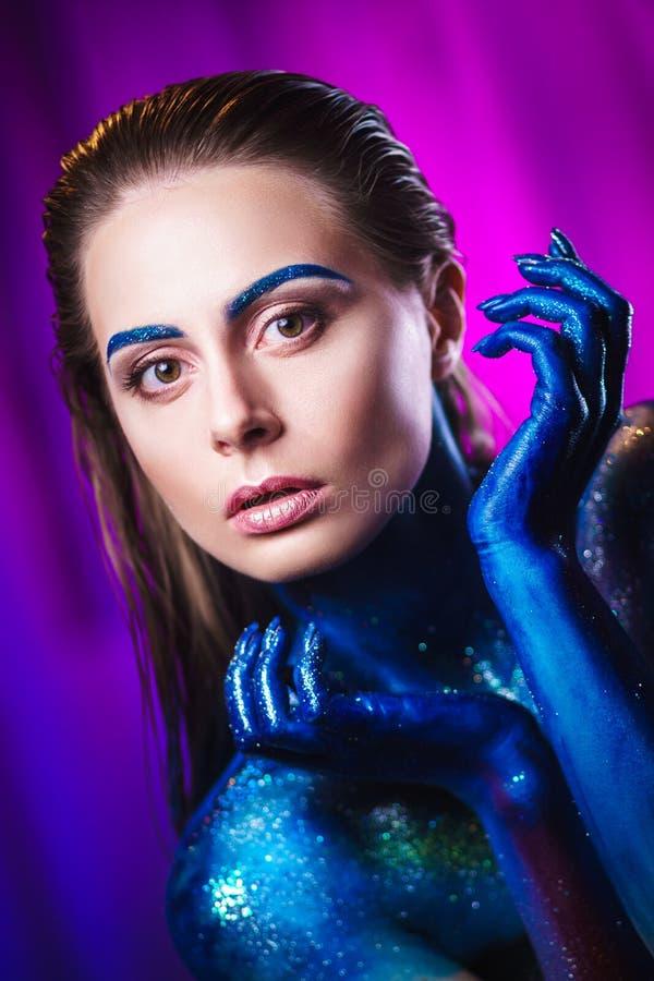 Retrato da mulher bonita pintado com cores cósmicas e spangled fotos de stock royalty free