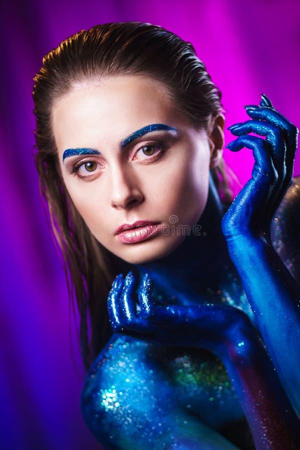 Retrato da mulher bonita pintado com cores cósmicas e spangled imagens de stock