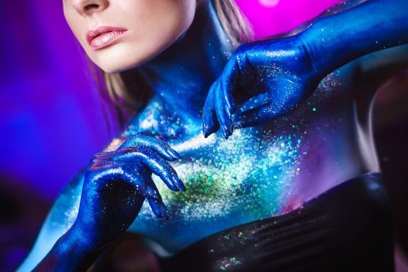 Retrato da mulher bonita pintado com cores cósmicas e spangled foto de stock royalty free