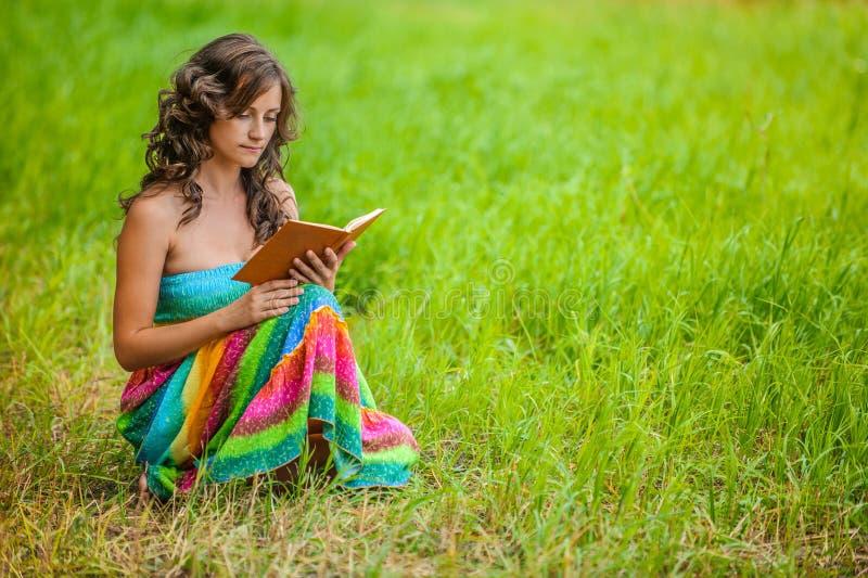 Retrato da mulher bonita que guardara o livro fotos de stock royalty free