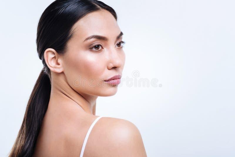 Retrato da mulher bonita que levanta com sua cabeça metade-girada foto de stock