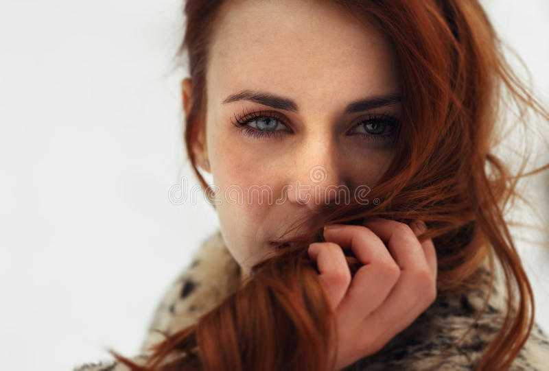 Retrato da mulher bonita que olha à câmera fotografia de stock royalty free