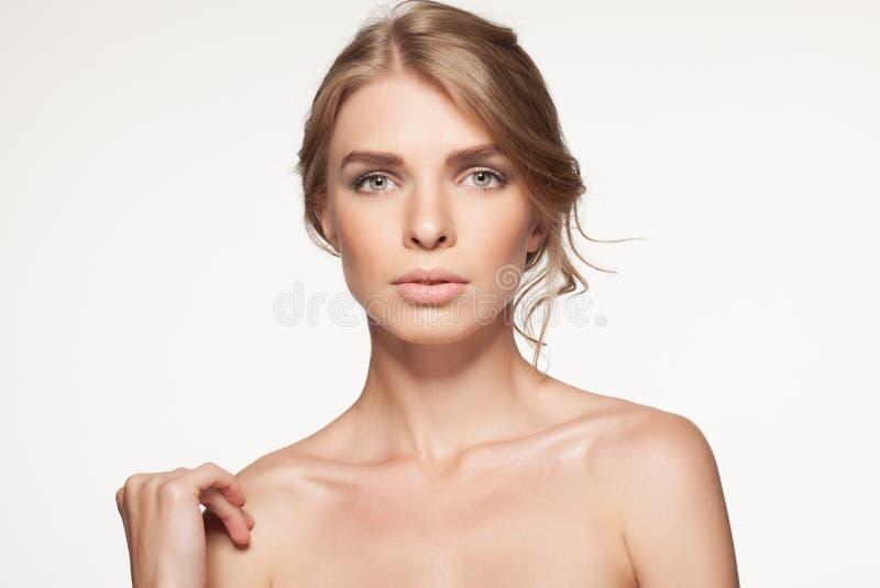 Retrato da mulher bonita que olha a câmera Menina da beleza imagens de stock