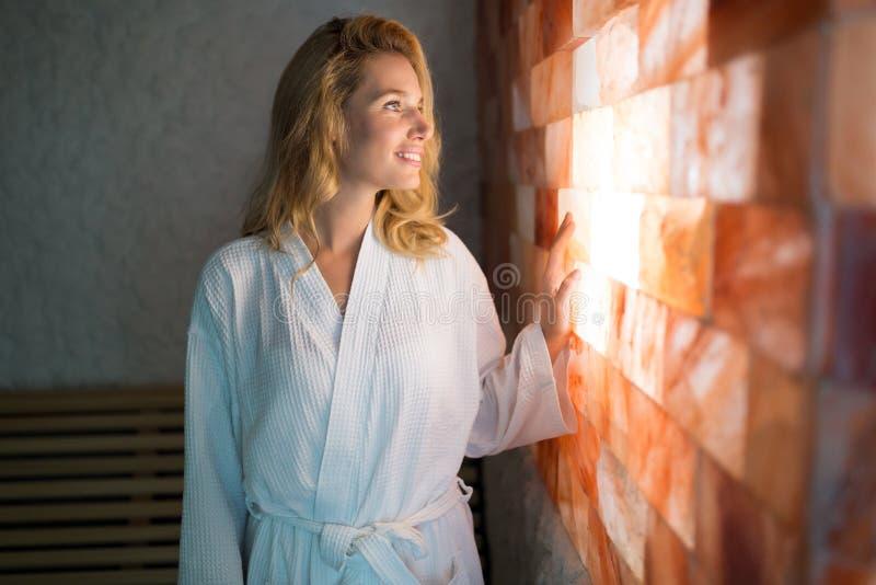 Retrato da mulher bonita que relaxa no centro dos termas imagem de stock