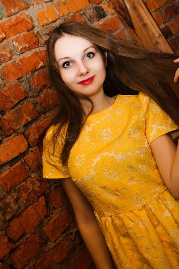 Retrato da mulher bonita que veste o vestido amarelo fotos de stock royalty free
