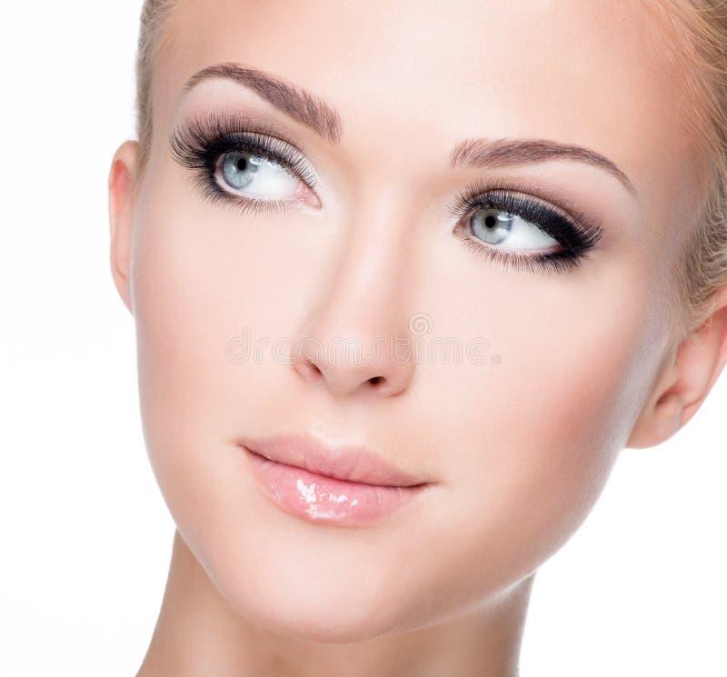 Retrato da mulher branca bonita com as pestanas falsas longas foto de stock