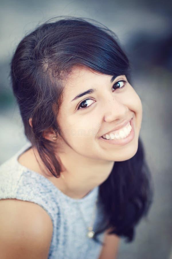 Retrato da mulher branca com olhos marrons, por muito tempo cabelo ondulado encaracolado escuro da menina do latino latino-americ fotografia de stock