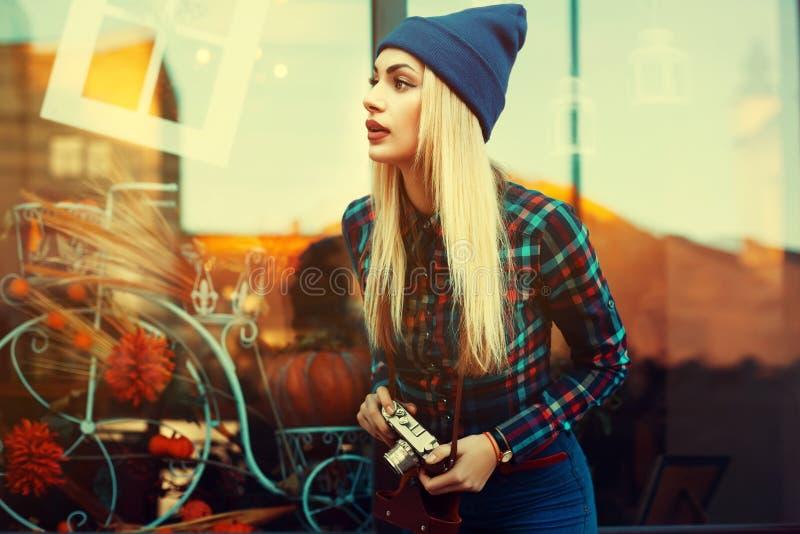 Retrato da mulher brincalhão nova bonita do moderno com a câmera retro velha Vista modelo de lado Estilo de vida da cidade toned imagens de stock royalty free
