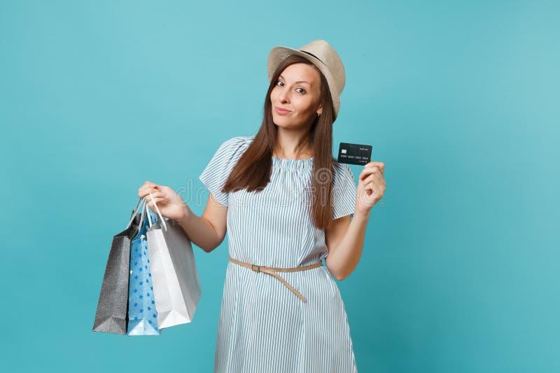 Retrato da mulher caucasiano bonita no vestido do verão, chapéu de palha que guarda sacos dos pacotes com compras após a compra fotografia de stock