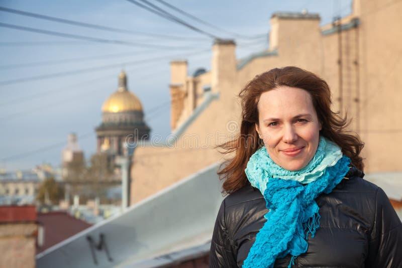 Retrato da mulher caucasiano de sorriso dos jovens no telhado fotografia de stock royalty free