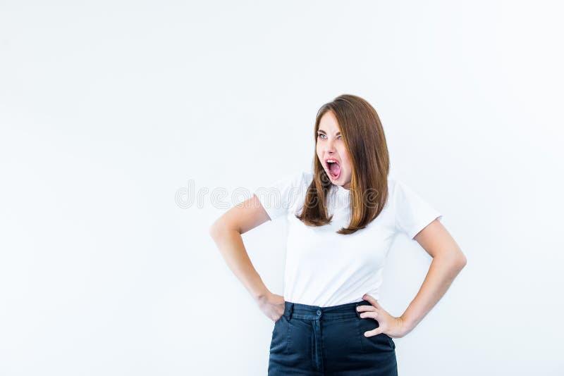 Retrato da mulher caucasiano nova bonita do esforço louco louco pensativo irritado que grita isolado para fora no fundo branco Hu foto de stock royalty free
