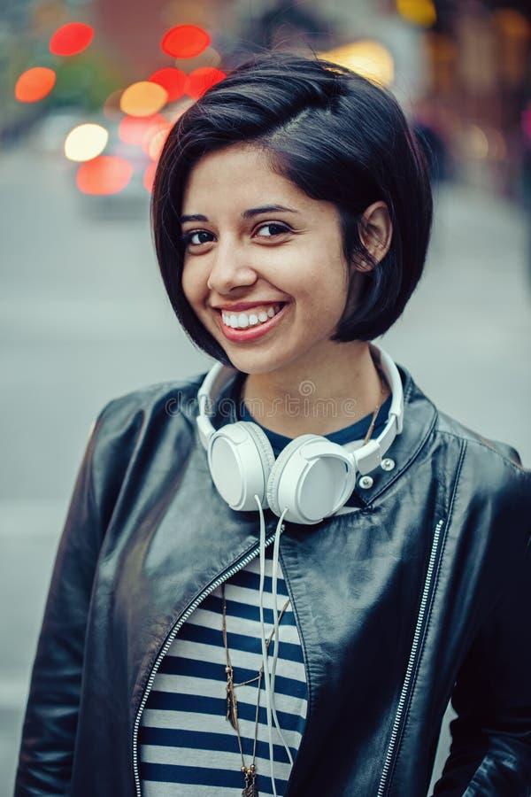 Retrato da mulher caucasiano nova de sorriso bonita da menina do latino imagem de stock royalty free