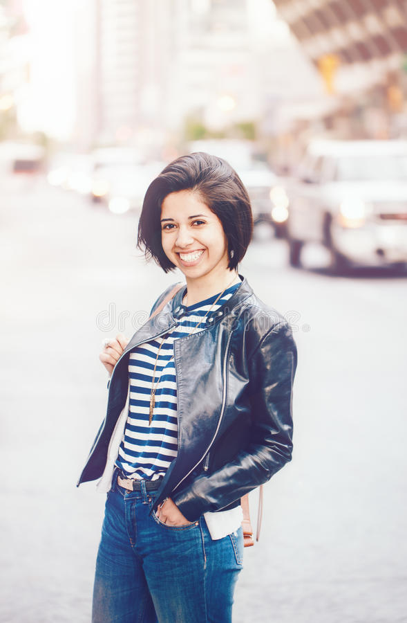 Retrato da mulher caucasiano nova de sorriso bonita da menina do latino fotografia de stock