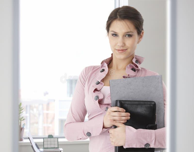 Retrato da mulher caucasiano nova no escritório imagens de stock