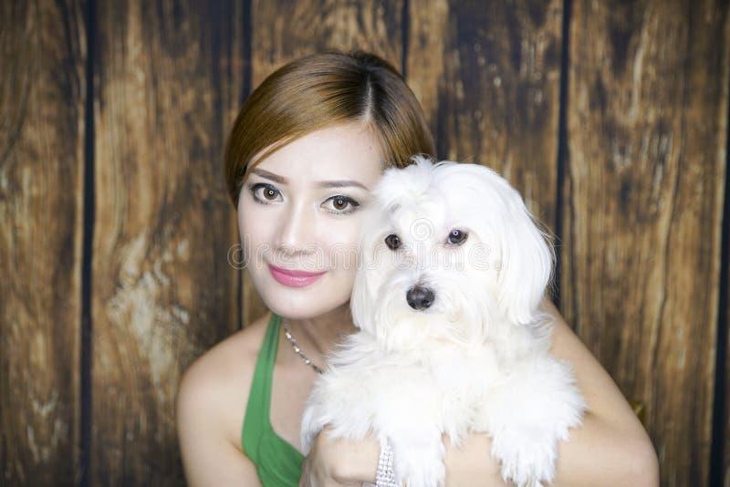 Retrato da mulher com cão bonito imagem de stock royalty free