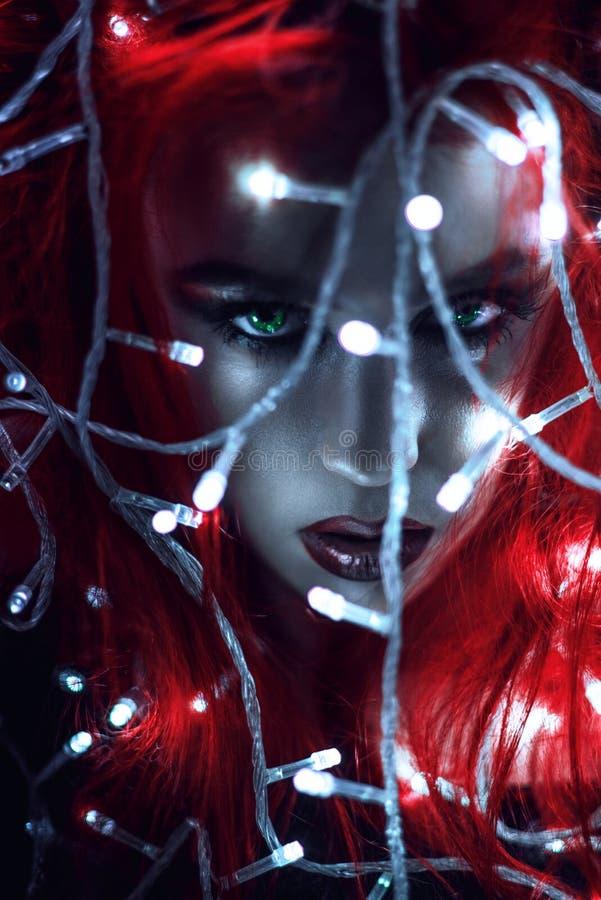 Retrato da mulher com cabelo e a festão vermelhos foto de stock