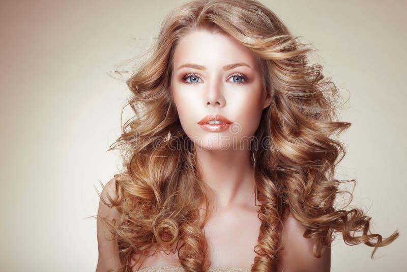 Retrato da mulher com cabelo frisado bronzeado de fluxo bonito imagens de stock