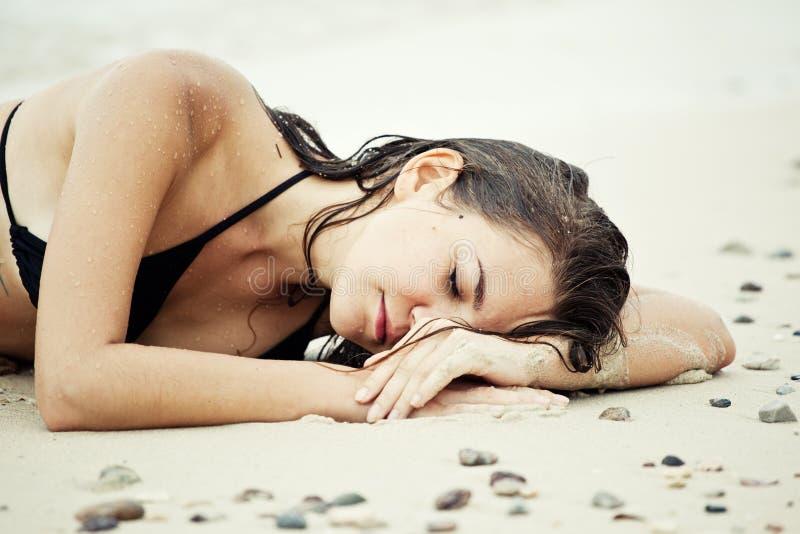 Retrato da mulher com cabelo molhado na praia fotografia de stock