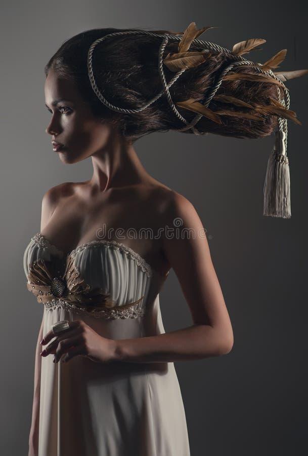 Retrato da mulher com creativehairstyle fotos de stock royalty free