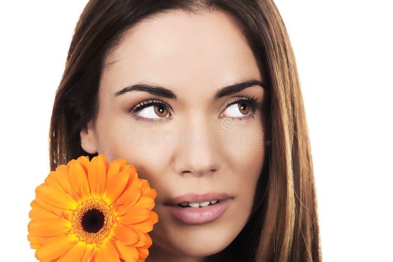 Retrato da mulher com flor alaranjada fotografia de stock