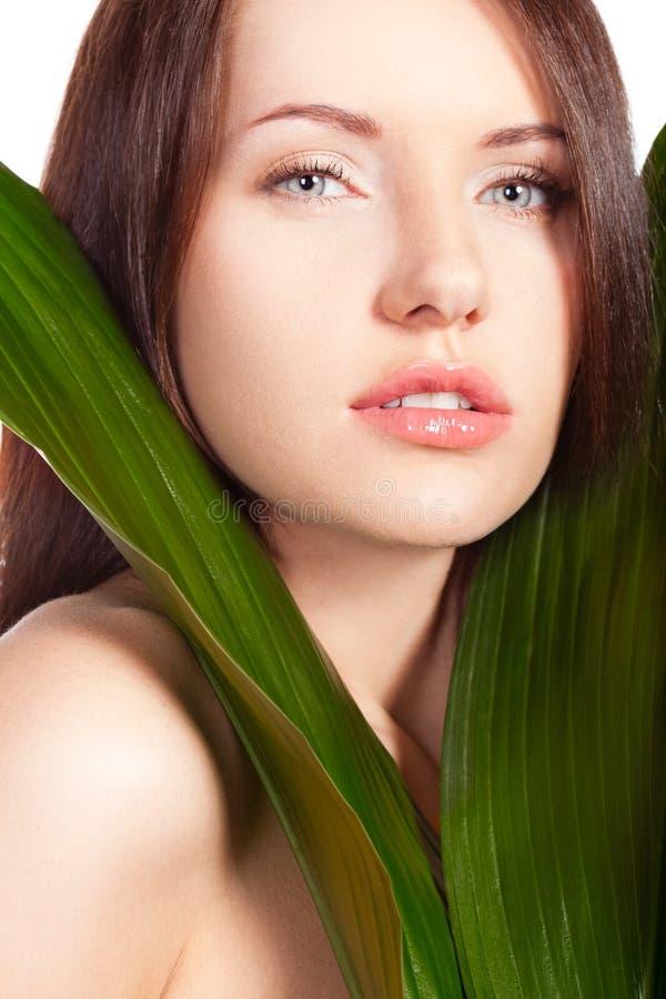 Retrato da mulher com folha verde imagem de stock royalty free
