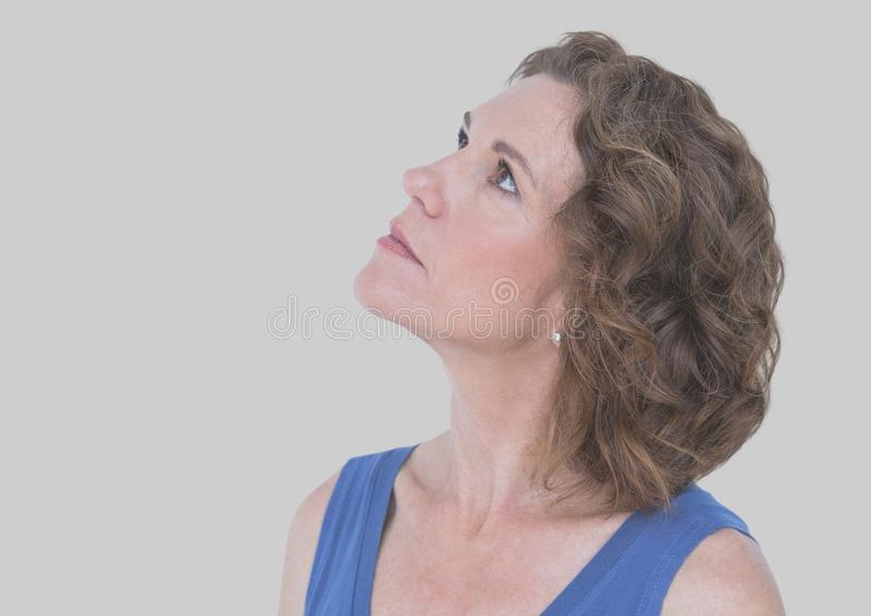 Retrato da mulher com fundo cinzento imagens de stock royalty free