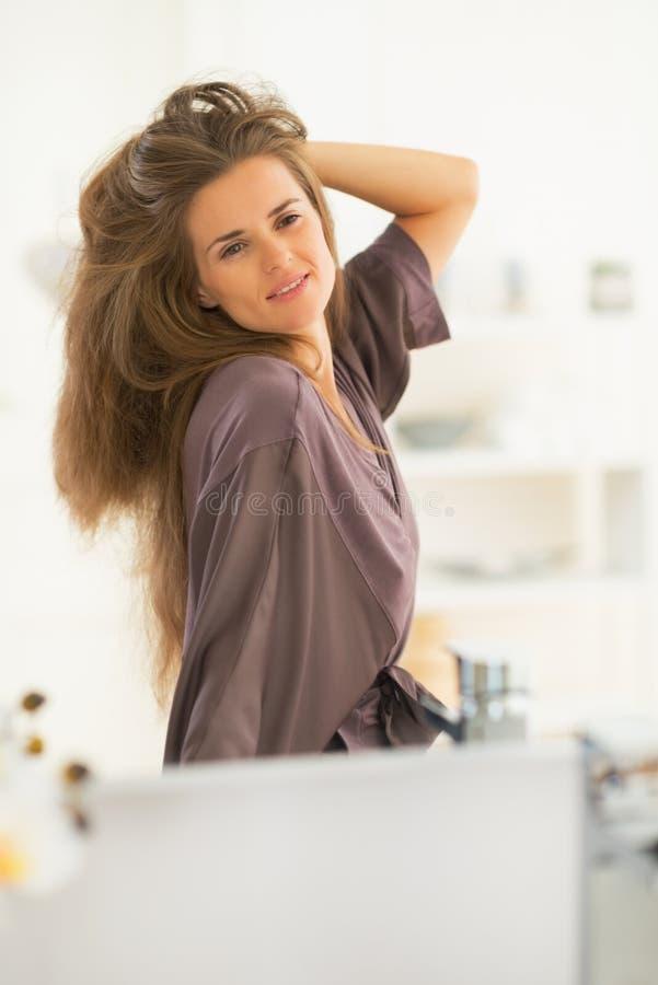 Retrato da mulher com o cabelo longo que olha no espelho imagem de stock royalty free