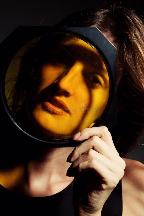 Retrato da mulher com o filtro do gel da cor para o flash do estúdio imagem de stock royalty free