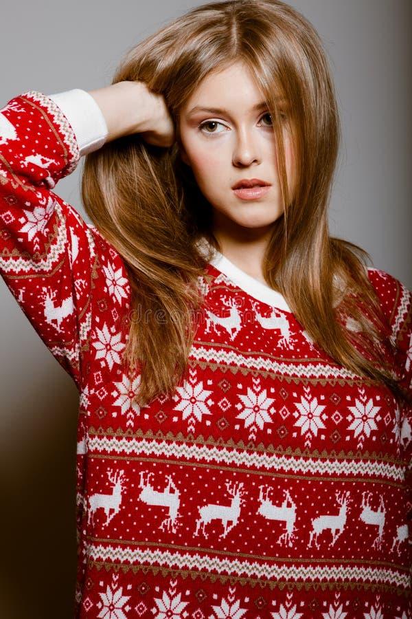 Retrato da mulher com olhos grandes em uma camisola foto de stock