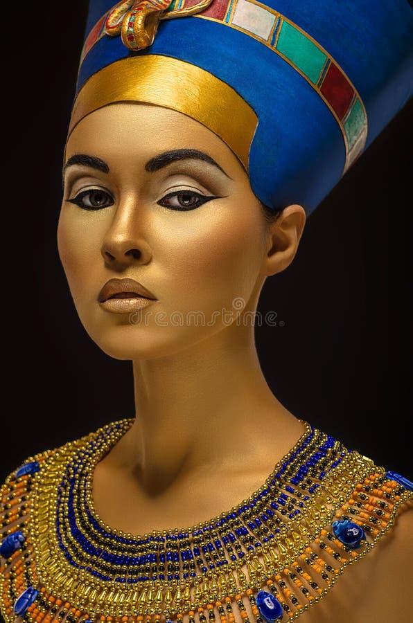 Retrato da mulher com pele dourada no estilo egípcio imagens de stock