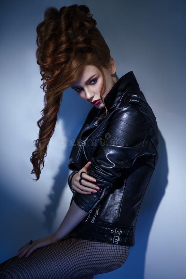 Retrato da mulher com penteado barroco e casaco de cabedal imagem de stock royalty free