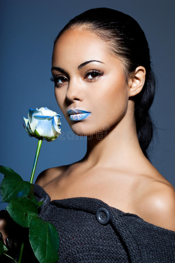 Retrato da mulher com rosa do azul foto de stock
