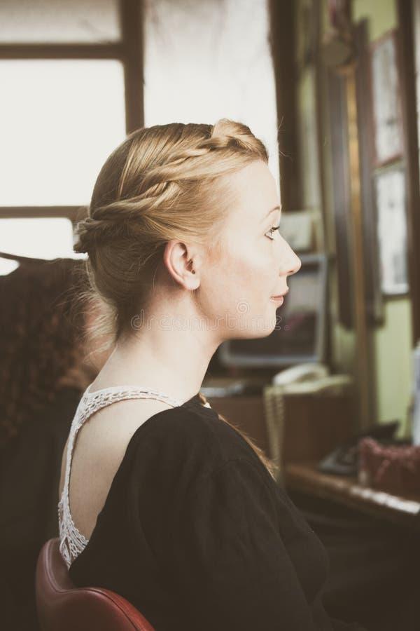 Retrato da mulher com a trança no cabelo imagens de stock royalty free