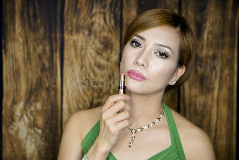 Retrato da mulher com vestido verde fotografia de stock