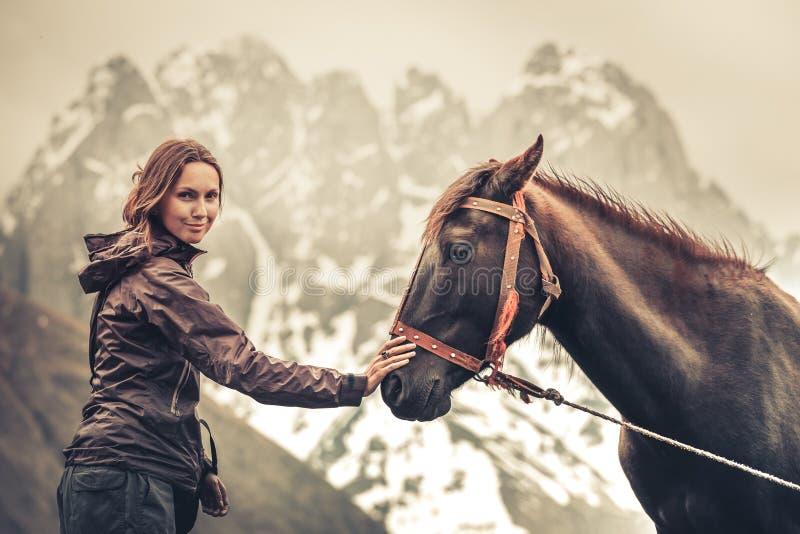 Retrato da mulher consideravelmente alegre dos jovens com cavalo imagens de stock