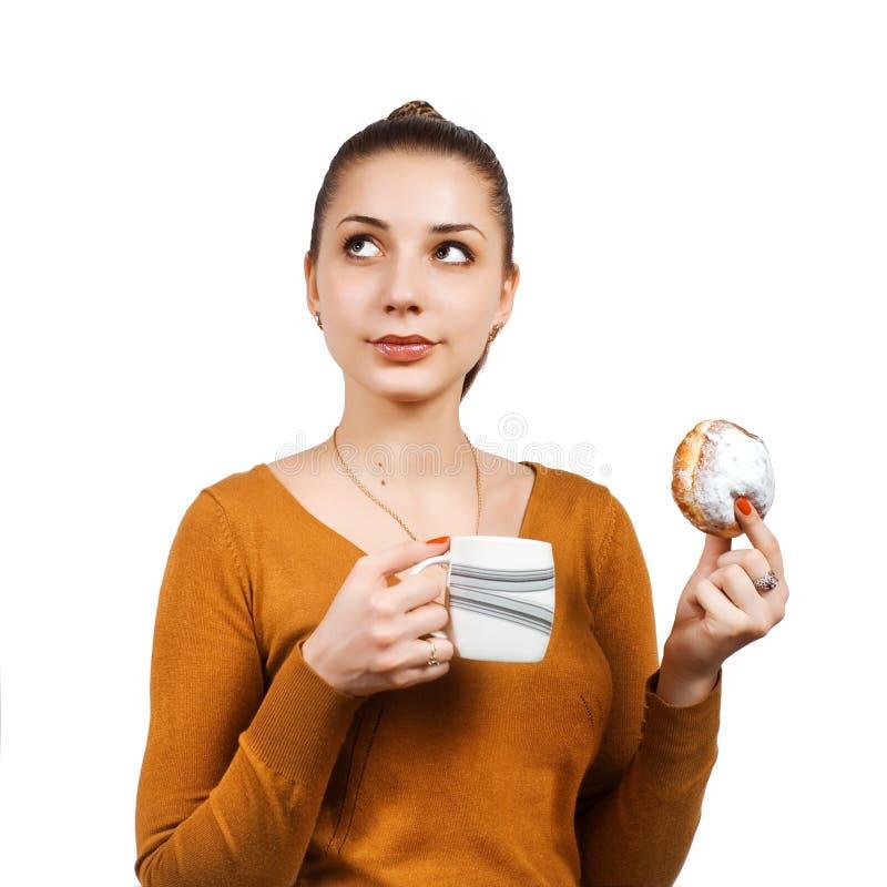 Retrato da mulher consideravelmente nova com bolo e leite foto de stock
