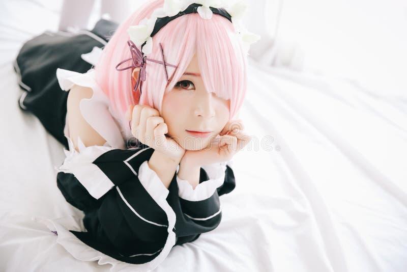 Retrato da mulher cosplay do anime de Japão, empregada doméstica japonesa branca na sala branca do tom fotos de stock royalty free