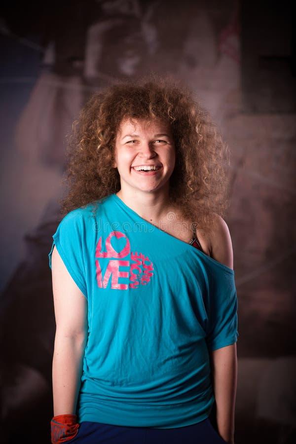 Retrato da mulher da aptidão no gym Instrutor fêmea feliz de sorriso da aptidão que olha a câmera imagens de stock