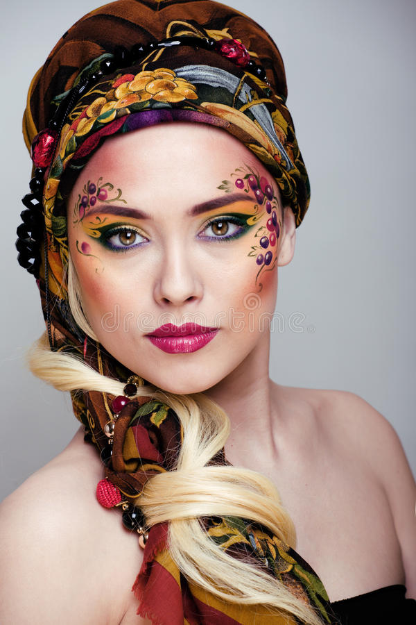 Retrato da mulher da beleza com arte da cara imagem de stock royalty free