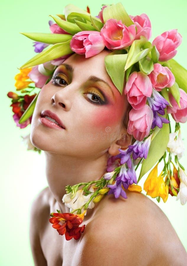 Retrato da mulher da beleza com a grinalda das flores imagens de stock royalty free