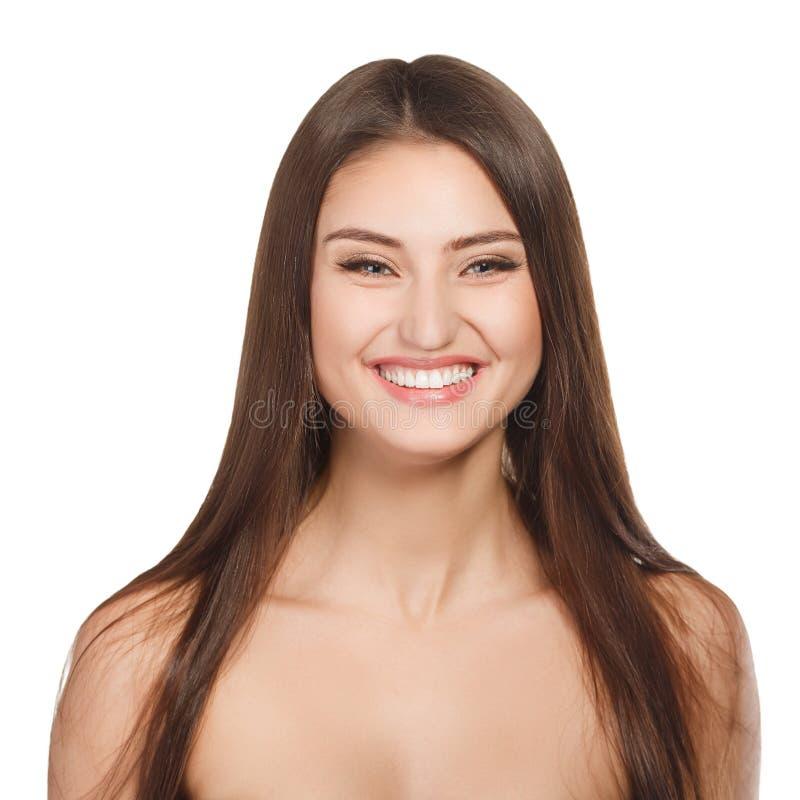 Retrato da mulher da beleza da apreciação alegre bonita da menina adolescente com cabelo marrom longo e a pele limpa isolados no f fotos de stock royalty free