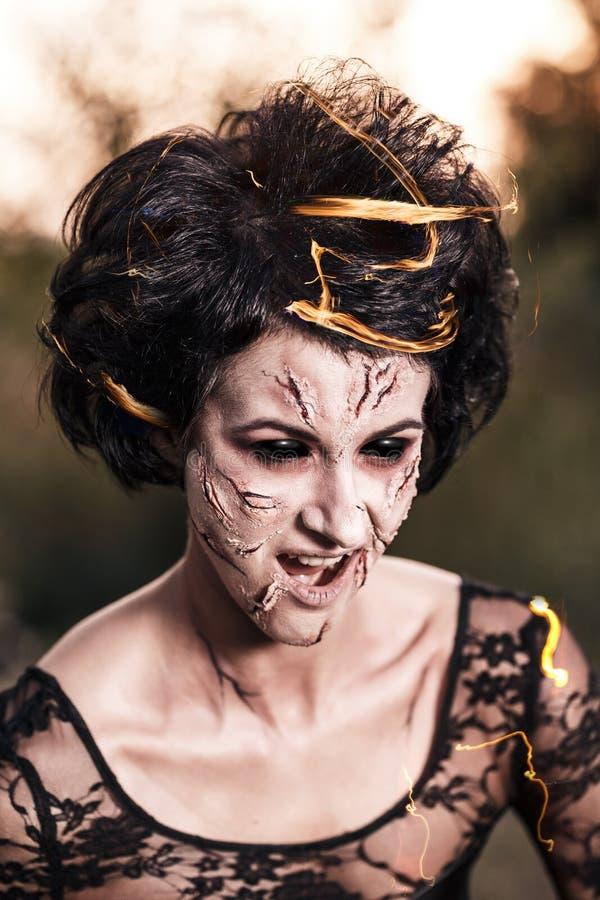 Retrato da mulher da bruxa com olhos roxos imagens de stock royalty free