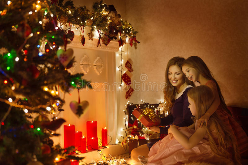 Retrato da mulher da família do Natal, mãe e presente atual das filhas imagens de stock royalty free