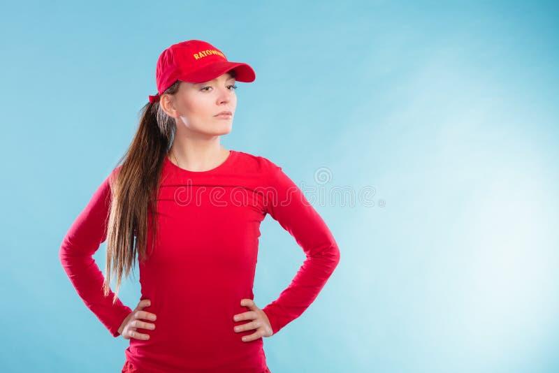 Retrato da mulher da salva-vidas no tampão vermelho imagem de stock