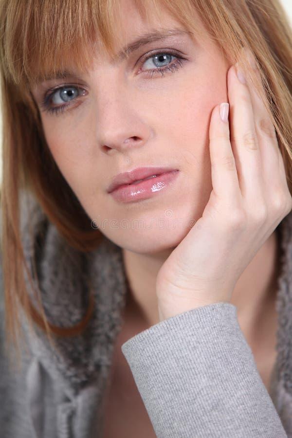 Retrato da mulher de cabelo do gengibre fotos de stock royalty free