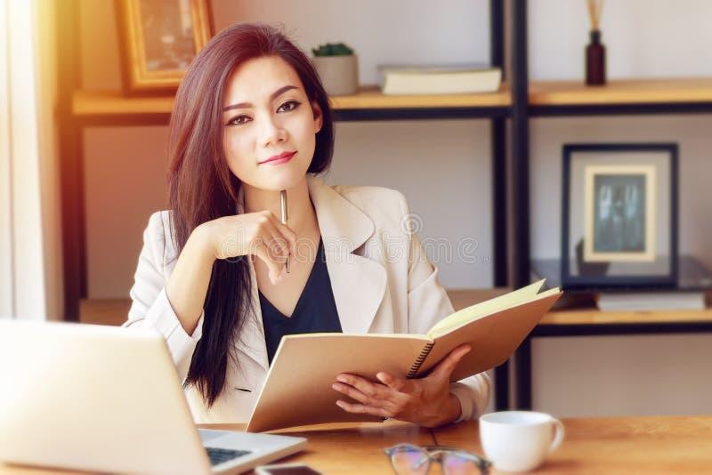 Retrato da mulher de negócio asiática bonita e segura fotografia de stock