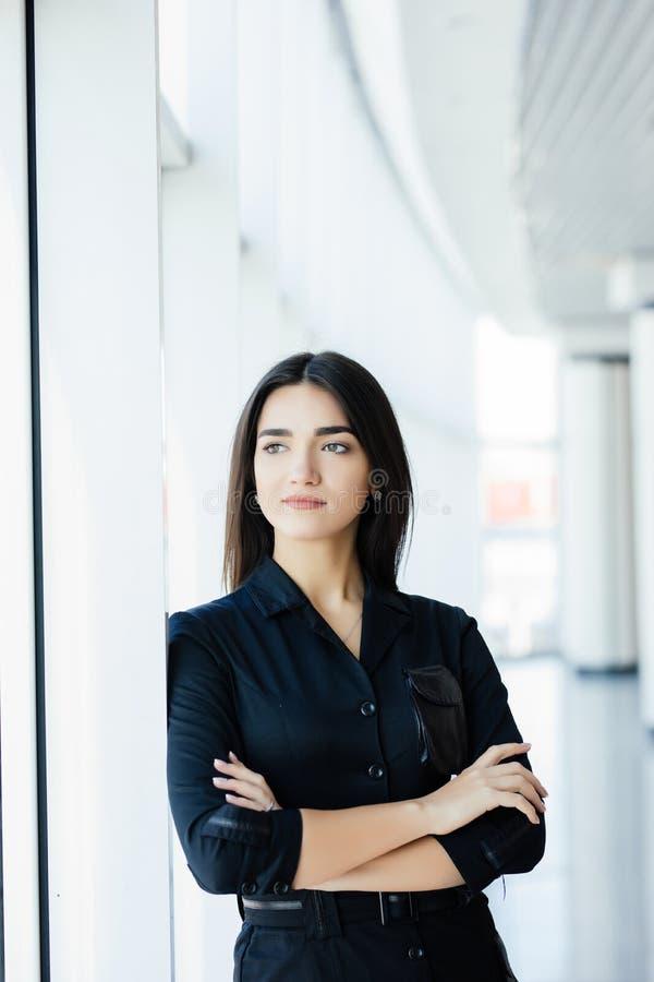 Retrato da mulher de negócio bonita nova no escritório foto de stock